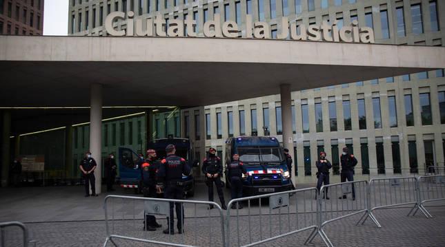 Mossos d'Esquadra ante la Ciutat de la Justícia durante la comparecencia de Bartomeu y Masferrer.