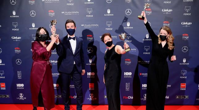 Foto del equipo de la película 'Las niñas' posa con los galardones.