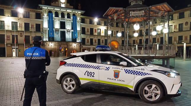 Un agente de la Policía Local de Tudela vigila en una plaza de la localidad