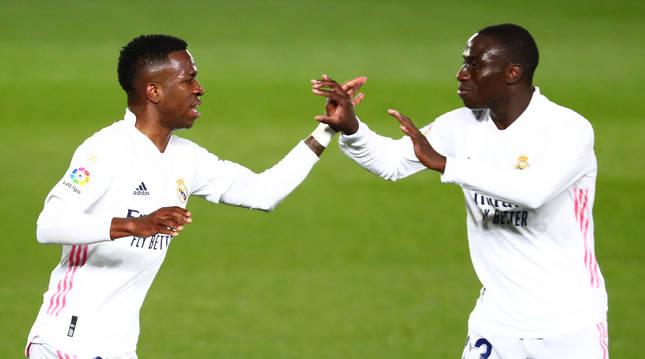 Vinicius Jr. (izda.) celebra con Mendy el tanto del empate del Real Madrid contra la Real Sociedad.