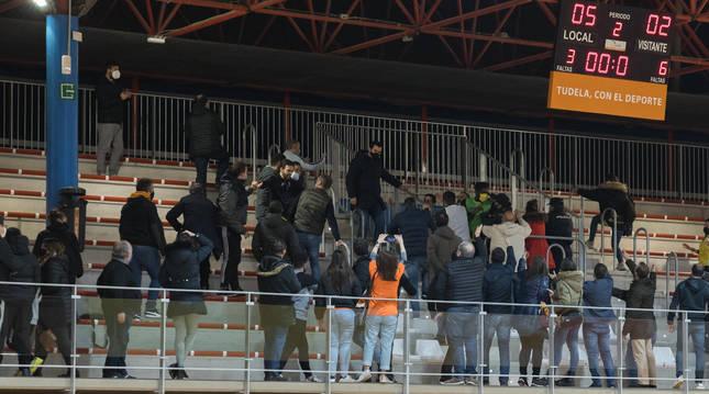 Instante en el que los jugadores del Jaén intentan acceder a la grada desde el vomitorio central de la tribuna principal.