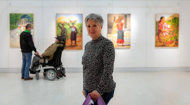 Foto de la pintora Asun San Martín, en la exposición Mujeres de la Casa de Cultura de Villava.