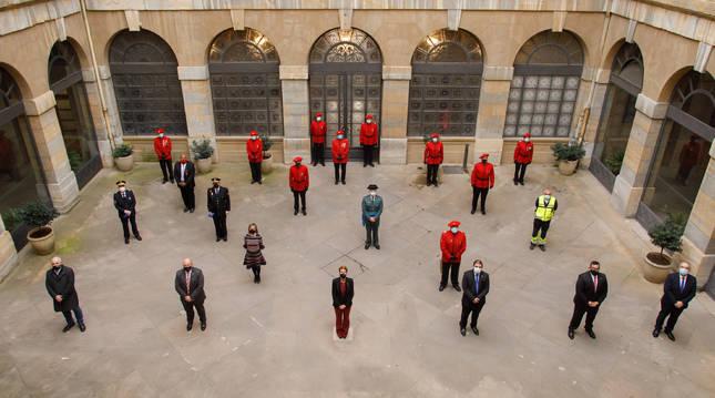 Foto de grupo tras el acto conmemorativo en el Día de la Policía Foral.