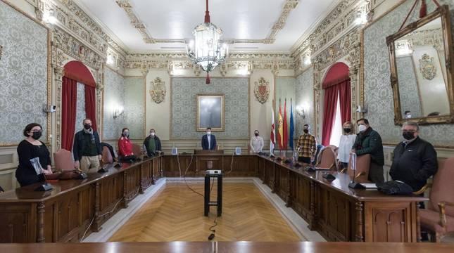 Reunión en el Ayuntamiento. Representantes de la FNF (izda.), el Ayuntamiento (centro) y del Aspil (dcha.) se reunieron este jueves en el Ayuntamiento.