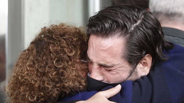David Bustamante abraza, emocionado, a la madre de Álex Casademunt.