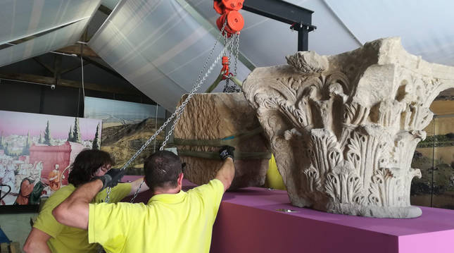 Dos operarios preparal el traslado de una de las piezas cedidas al Museo Arqueológico de Bilbao.
