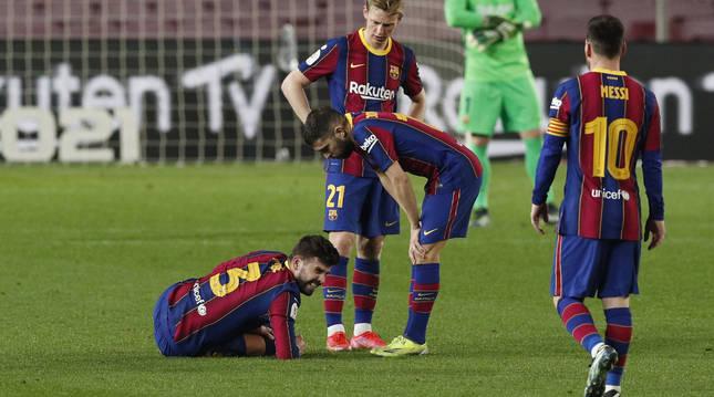 Jordi Alba y De Jong se interesan por Piqué tras sufrir la lesión contra el Sevilla.