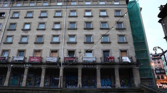 Foto del edificio del futuro hostel Unzu desde la plaza de los Burgos.