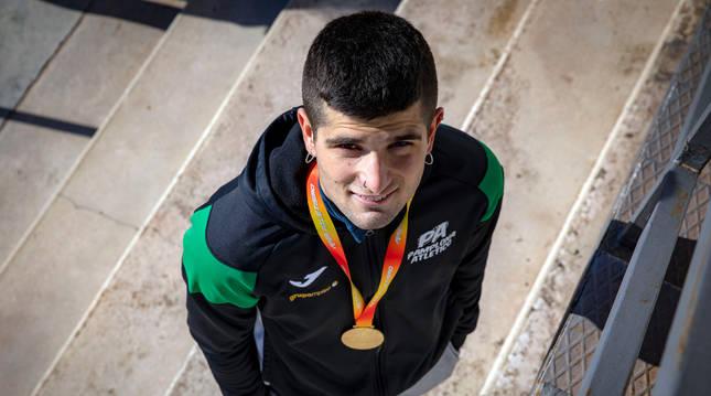 Foto de Asier Martínez Etxarte, en Larrabide con la medalla de oro del Campeonato de España 'indoor'.