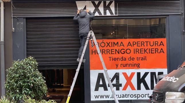 La tienda de Acuatrosport en la calle Tafalla ya luce cartel.