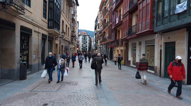 Varias personas pasean por el Casco Viejo de Bilbao.