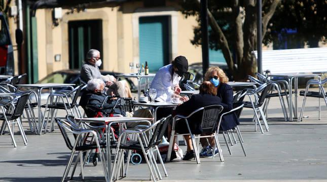 Foto de varias personas disfrutando en la terraza de un restaurante en Ferrol, A Coruña.