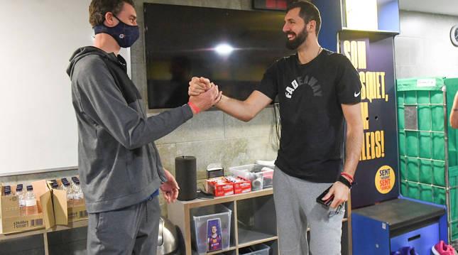 Pau Gasol saluda a Nikola Mirotic.