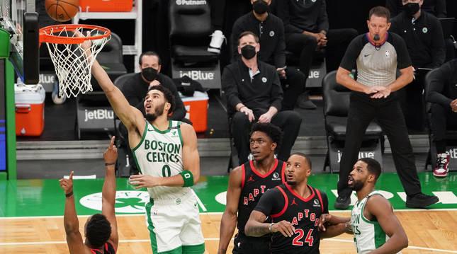 Jayson Tatum, de los Celticas, entra a canasta ante la defensa de los Raptors.