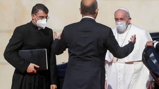 El presidente de Irak, Barham Salih, recibe al papa Francisco en el aeropuerto.