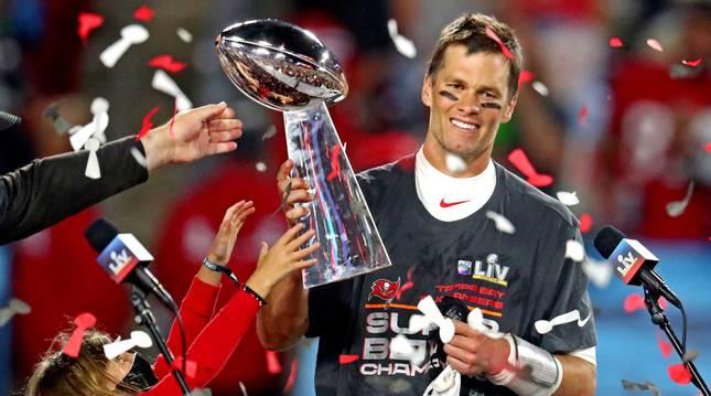 Tom Brady sostiene el trofeo de la SuperBowl ganado con los Buccaneers en febrero de este año.