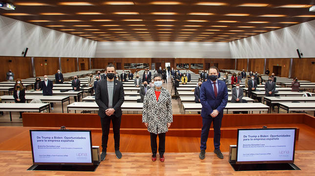 Una imagen antes de comenzar el acto. De izda. a dcha., Javier Vidorreta Salillas, la ministra Arancha González Laya y el rector de la UPNA, Ramón Gonzalo García.