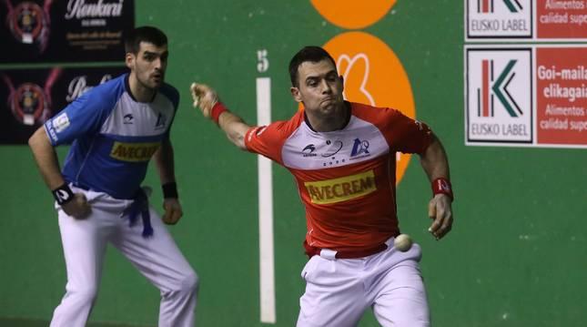 Erik Jaka le imprime velocidad a una pelota durante el partido de ayer en el Ereta de Tafalla, con Joseba Ezkurdia al fondo.