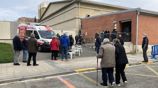 Vacunación a mayores de 80 años ayer, en el polideportivo de Azpilagaña de Pamplona.