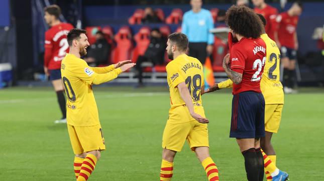 La alegría de los jugadores del Barcelona tras marcar el 0-2 en El Sadar contrasta con la desesperación de Aridane.