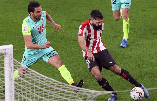 El delantero del Athletic, Asier Villalibre, se dispone a golpear el balón ante el defensa del Granada, Germán Sánchez.