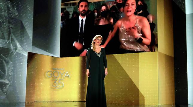 La productora francesa Valérie Delpierre (en la pantalla a la derecha) agradece el Goya a la Mejor Película por 'Las niñas'. Lo anunció la enfermera Ana María Ruiz.