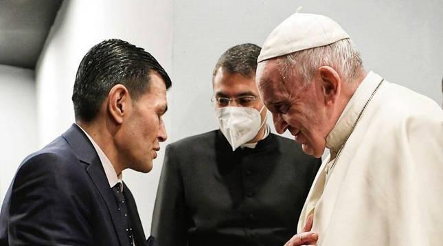 El papa Francisco, durante el encuentro mantenido con el padre de Aylan Kurdi, el niño sirio-kurdo de tres años que murió ahogado intentando llegar a Turquía en 2015 escapando de la guerra