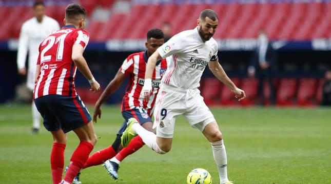 Benzema se marcha con el balón de dos jugadores del Atlético de Madrid