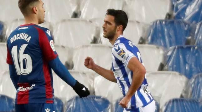 Mikel Merino celebra el gol ante el Levante en el Reale Arena.