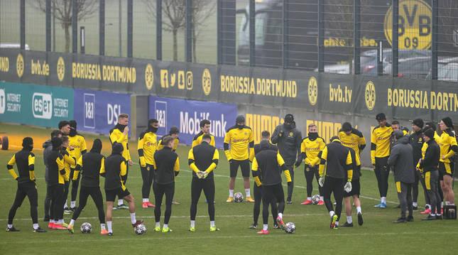 Los jugadores del Borussia Dortmund entrenan en la víspera al choque de vuelta de octavos de la Champions contra el Sevilla.
