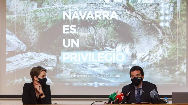 Foto del consejero de Desarrollo Económico y Empresarial, Mikel Irujo, y la alcaldesa de Sangüesa, Lucía Echegoyen, en la presentación de la campaña.