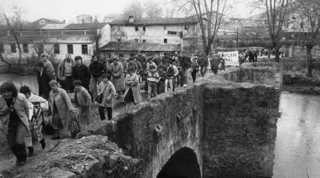 El 15 de febrero de 1986 decenas de vecinos de la Rochapea se manifestaron en contra del cierre por obras del puente de la Rochapea.