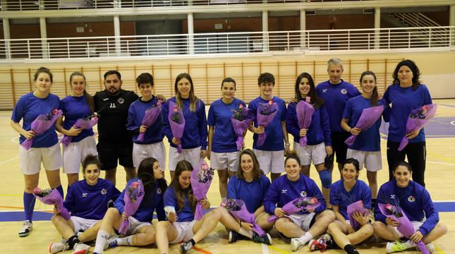 Las jugadoras del Txantrea, este martes por la tarde en Arrosadía, tras recibir el ramo de sus entrenadores, Jose Ibarra y Pablo Elizalde.