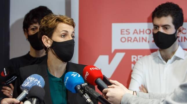 María Chivite atiende a los medios de comunicación antes de iniciar la reunión con los representantes municipales.