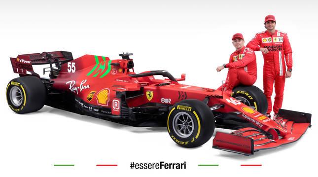 Carlos Sainz y Leclerc posan junto al Ferrari SF21.