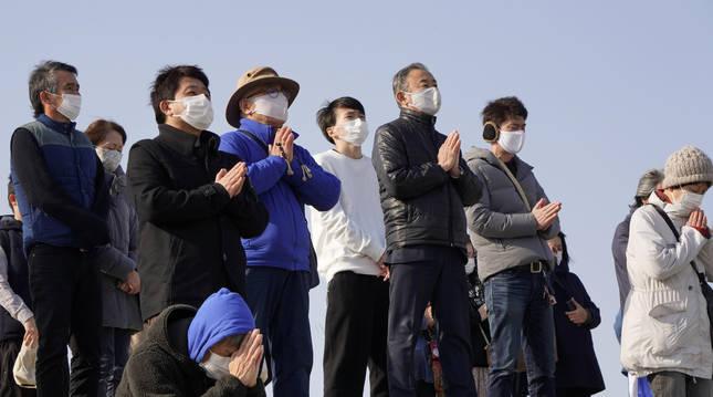 Ciudadanos japoneses durante el homenaje por el 10º aniversario del tsunami que acabó con la vida de 20.000 personas.