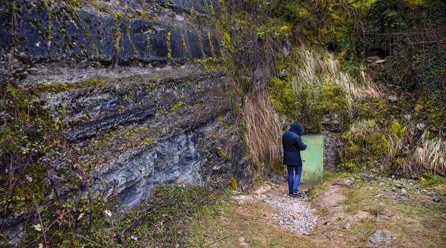 Un hombre, ayer, junto a la entrada de la cueva Errotalde I, donde se hallaron los restos humanos.