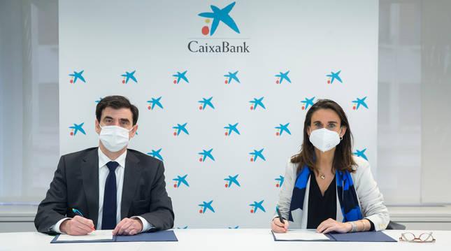 Ignacio Ugalde, presidente de ANEL, e Isabel Moreno, directora territorial Ebro de CaixaBank, en la firma del convenio.