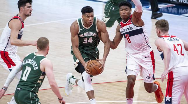 Giannis Antetokounmpo, de los Bucks, entra a canasta entre la defensa de los Wizards.