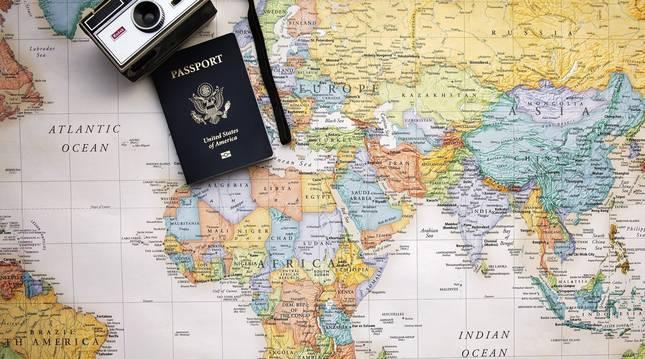 Imagen de archivo de un mapa del mundo y un pasaporte.