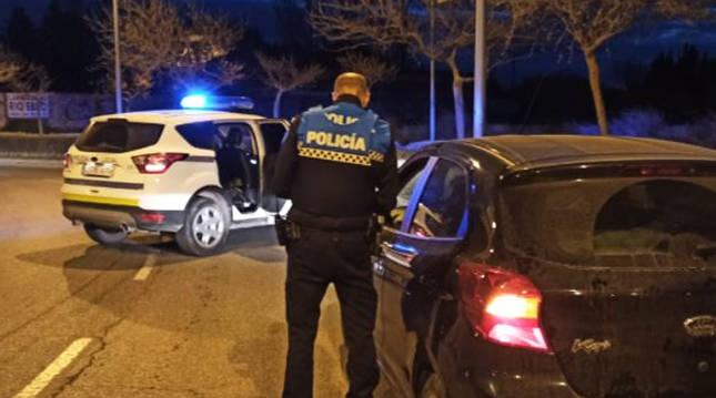 Un agente de la Policía Local en un control a un vehículo en Tudela.