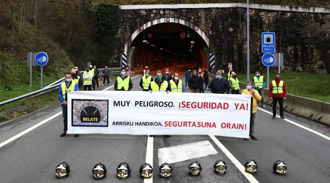 Protesta en la boca norte del túnel de Belate (Navarra) demandando medidas de seguridad.