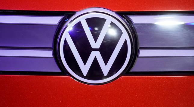 Logotipo de Volkswagen en la presentación de un modelo de la firma alemana.