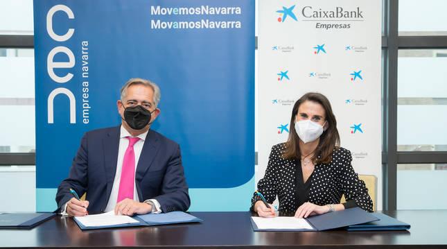 Foto de Isabel Moreno, directora territorial Ebro de CaixaBank y Juan Miguel Sucunza, presidente de la CEN.