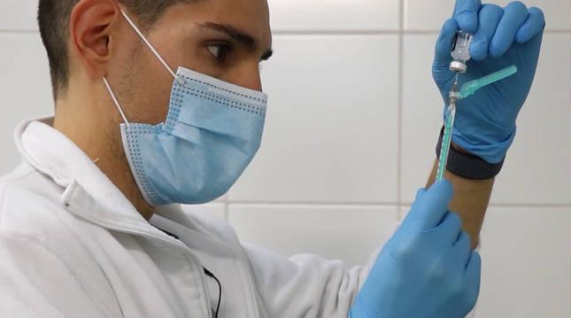 Un sanitario prepara la administración de una vacuna contra el coronavirus.