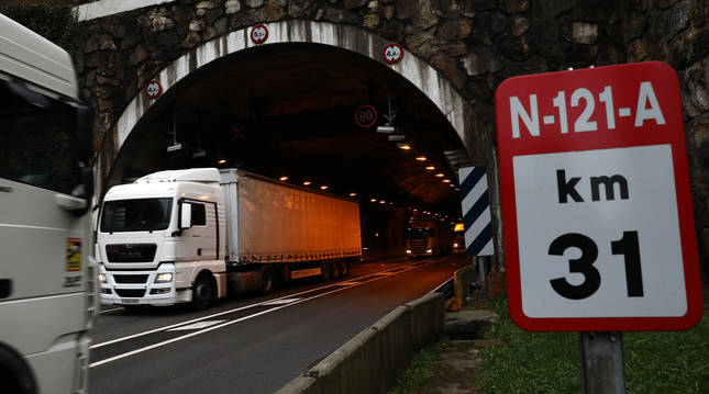 Foto de dos camiones atravesando el túnel de Belate.