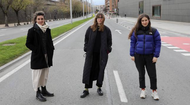 Foto de Tamara García Iglesias, Elisa Celda y la navarra Irati Gorostidi, posando este jueves en una desierta Avenida del Ejército.