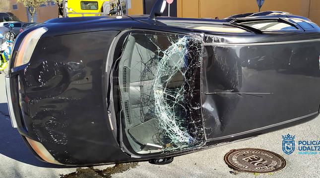 Estado en el que quedó el automóvil tras el vuelco en la Rochapea.