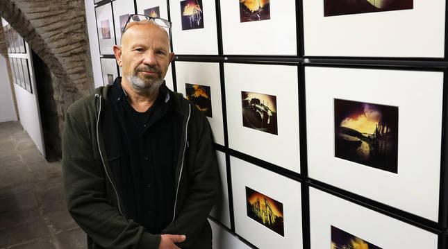 El artista Ilan Wolff posa junto a parte de sus obras.