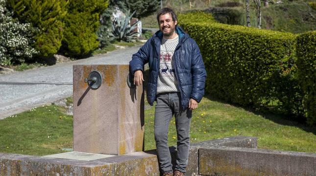 Fermín Jiménez Landa, en la 'Fuente de Alzuza', donde acabará el peregrinaje en grupo con el artista.